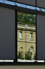 Reflet D'un Des Dépendances Du Musée National De L'Afrique Centrale Dans Les Vitres Du Nouveau Pavillon D'accueil Au Parc De Tervuren