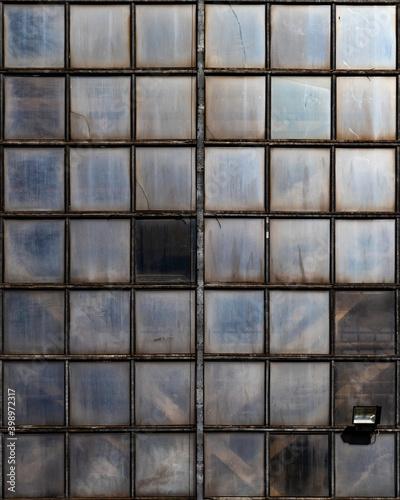 Architektoniczny wzór z okien
