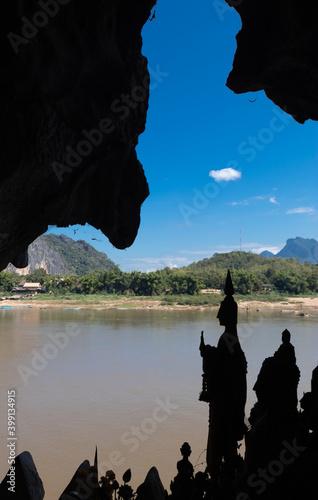 Tablou Canvas Silhouettes de statues, grottes de Pak Ou, Laos