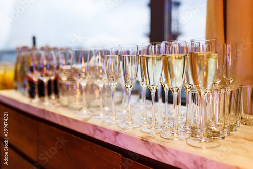 Papel de parede Glasses with wine and champagne on the table during a banquet