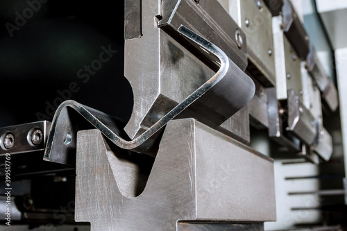 Obraz The process of bending sheet metal on a hydraulic bending machine - fototapety do salonu