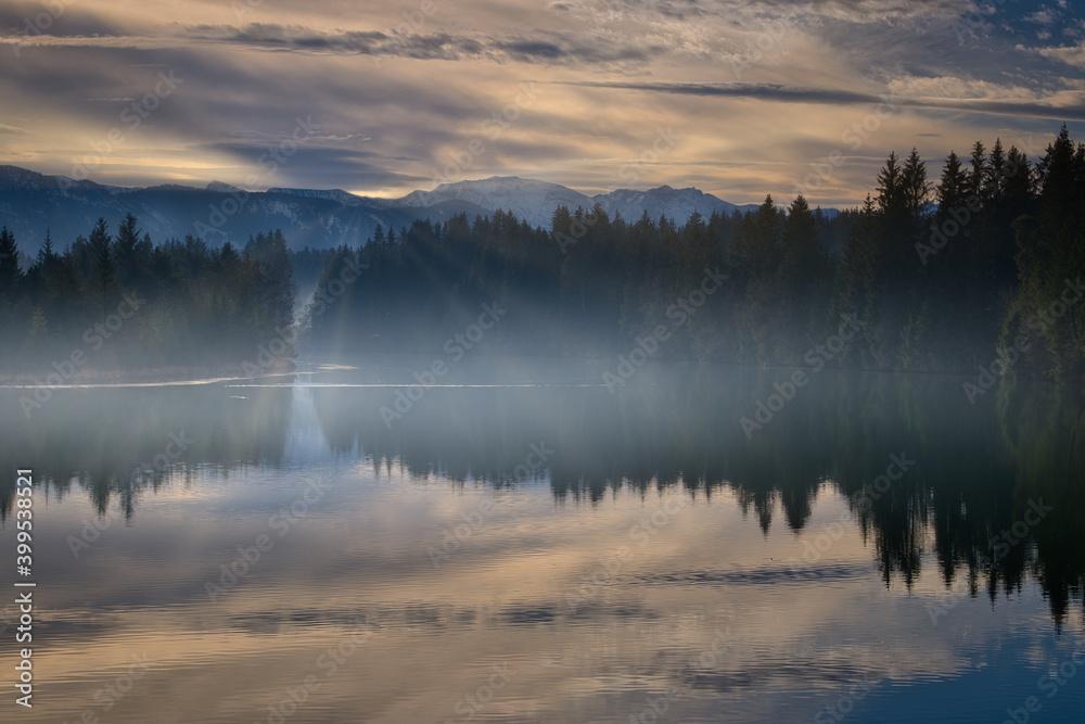 Fototapeta Sonnenaufgang über Bergsee