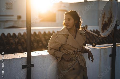 Foto Chica azotea pijama moda sabanas blancas antenas cordeles tender puesta de sol a
