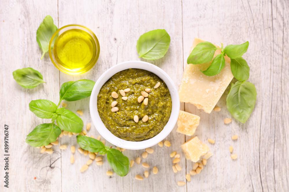 Fotografia pesto sauce and ingredient- top view
