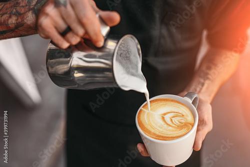 Foto Barista making coffee with latte art