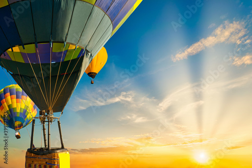 Foto Colorful balloons floating in the sky at sunset.