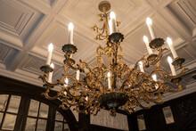 クラシカルな洋館の豪華なシャンデリア gorgeous Chandelier In The Classical Room