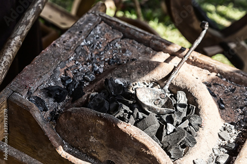 Fotografia black coals stacked in a forge forging preparation for forging metal