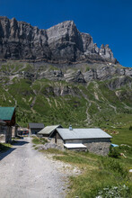 Chalets D' Alpage  Avec Rochers Des Fiz , Massif Du Mont Blanc En été Depuis La Réserve Naturelle De Passy , Alpes , France