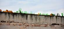 Cristales De Botella Rotos En Lo Alto De Un Muro