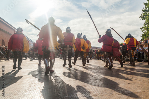 Papel de parede Infantry in medieval armor goes on the attack at the historical festival