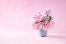 ピンクのラナンキュラスと薄紫の孔雀草のアレンジメント