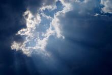 空・青空の覗く雲の間から差す薄明光線