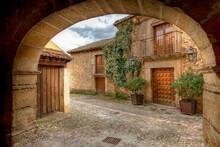 Imagen De Un Arco Y Unas Casas De Pedraza Que Es Un Pueblo Turístico Y Con Mucho Encanto De La Provincia De Salamanca .