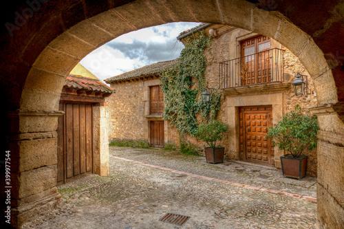 Obraz Imagen de un arco y unas casas de Pedraza que es un pueblo turístico y con mucho encanto de la provincia de Salamanca . - fototapety do salonu