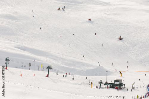 Vista general de una estación de esquí. Wallpaper Mural