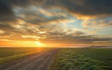 Herrlicher Sonnenaufgang Auf Dem Feld. Weg Zur Sonne. Ein Morgen Auf Dem Feld. Wolkiger Himmel. Sonnenstern.