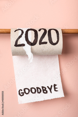Foto Toilet paper roll with text Goodbye 2020 on pink background