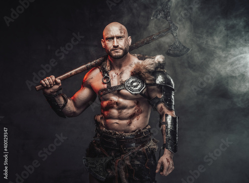 Tela Portrait of a viking warrior with grimy and bloody skin in light armour with fur