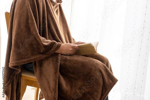 Foto 温かい恰好で読書をする男性
