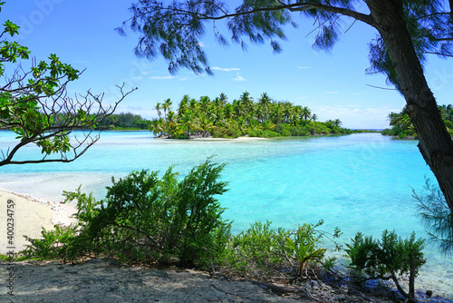 Obraz na plátně View of a tropical landscape with palm trees, white sand and the turquoise lagoo