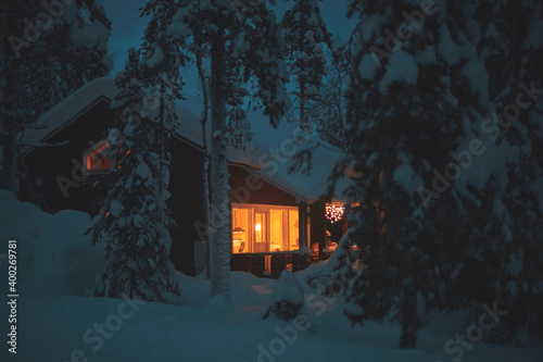 Papel de parede A night view of cozy wooden scandinavian cabin cottage chalet house covered in s