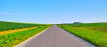 初夏の直線道路のある田園風景