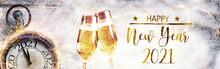 Happy New Year 2021 -  Grußkarte  -  Gläser Mit Champagner In Schneelandschaft Mit Uhr  -