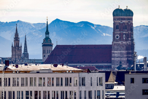 Frauenkirche in München mit den Alpen im Hintergrund Poster Mural XXL
