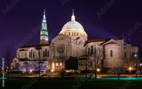 Fotografija Basilica of the National Shrine of the Immaculate Conception at Night