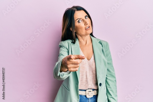 Middle age brunette woman wearing casual clothes pointing displeased and frustra Fototapet