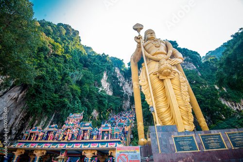 Fotografía The famous and iconic limestone with rainbow colored stairs at Murugan Temple Batu Caves becomes a new attraction for tourism in Malaysia