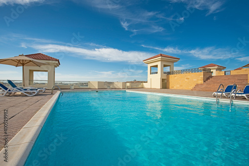 Rooftop swimming pool in a luxury tropical hotel resort Fototapet