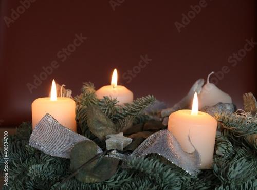 Am 3. Advent leuchten 3 Kerzen am Adventskranz