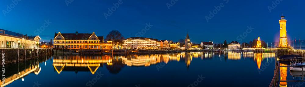 Fototapeta Beleuchtete Nachtaufnahme des Seehafens Lindau am Bodensee