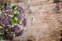 Broccolo Viola Su Un Tavolo Di Legno