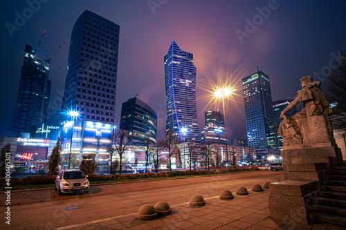Fototapeta nocna panorama miasta z wysokimi budynkami obraz