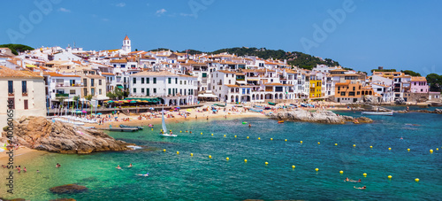 Foto Calella de Palafrugell, traditional whitewashed fisherman village and a popular travel and holiday destination on Costa Brava, Catalonia, Spain