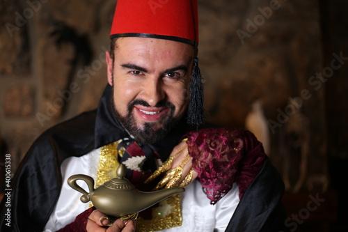 Платно Amazing man holding genie lamp