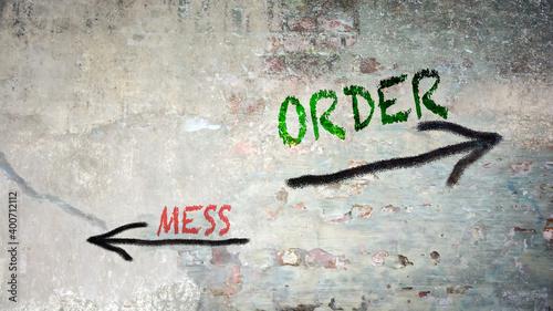 Obraz na plátne Street Sign Order versus Mess