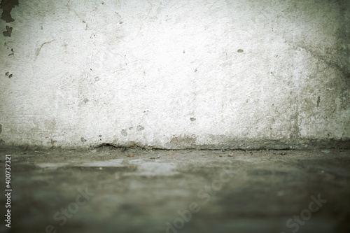 Foto Old dirty wall with cracks at the junction with the floor, textured background