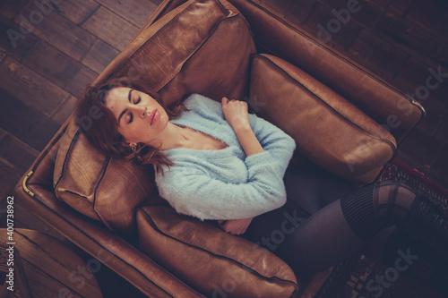 relax sul divano, bella ragazza seminuda si rilassa sul divano in pelle dentro u Poster Mural XXL