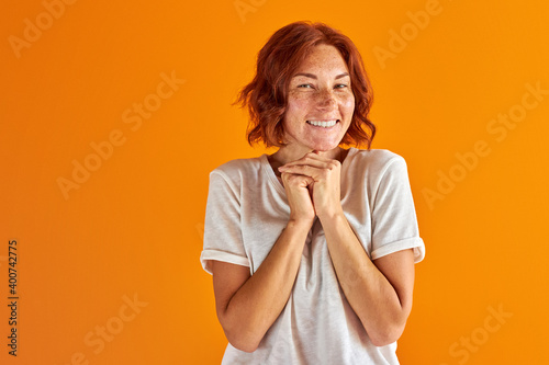 Papel de parede female with red hair and green eyes posing, smiling at camera isolated in studio