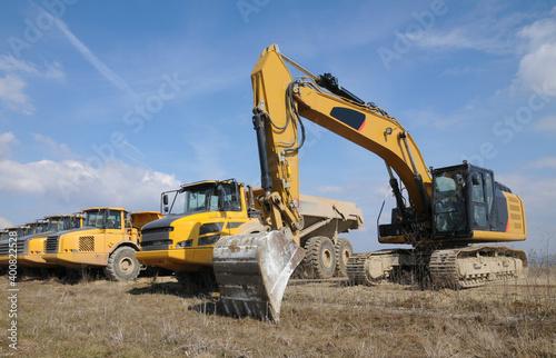 Billede på lærred Kettenbagger und Muldenkipper auf einer Baustelle