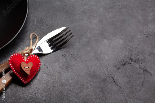 Photographie Valentines day with heart decor, plate and silverware