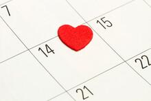 Fecha Del 14 De Febrero En El Calendario, Corazón Rojo Del Día De San Valentín. Vista Superior. Concepto: Dia De Los Enamorados