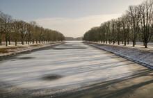Winterlandschaft. Kanal Im Park . Mit Gefrorener  Wasserfläche
