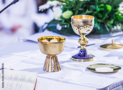 altar with host and chalice with wine in the churches of the pope of rome, franc Fotobehang