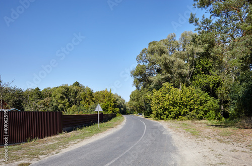 Foto Asphalt twisty suburban road