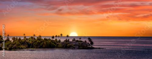 Obraz na plátně Sunset in Tahiti with pink sky